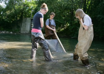 Students Explore Onondaga Creek Feet First